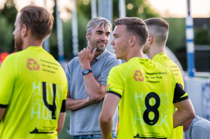 Assistent-trainer David Destorme is per direct gestopt bij Hoek.