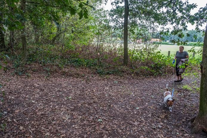 Een Heijens 'baasje' laat haar hond uit in het bos tussen het sportcomplex van VV Heijen en de Sleen. In de buurt komt een hondenspeelveld.