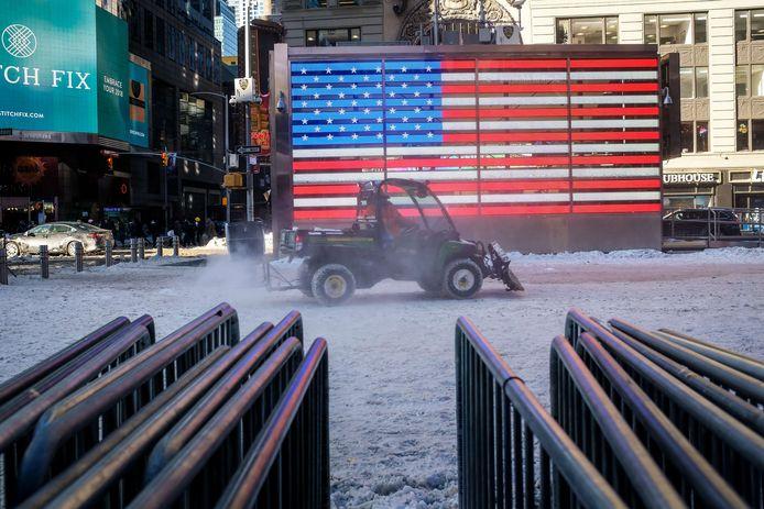 Een strooiwagen met sneeuwploeg op Times Square.