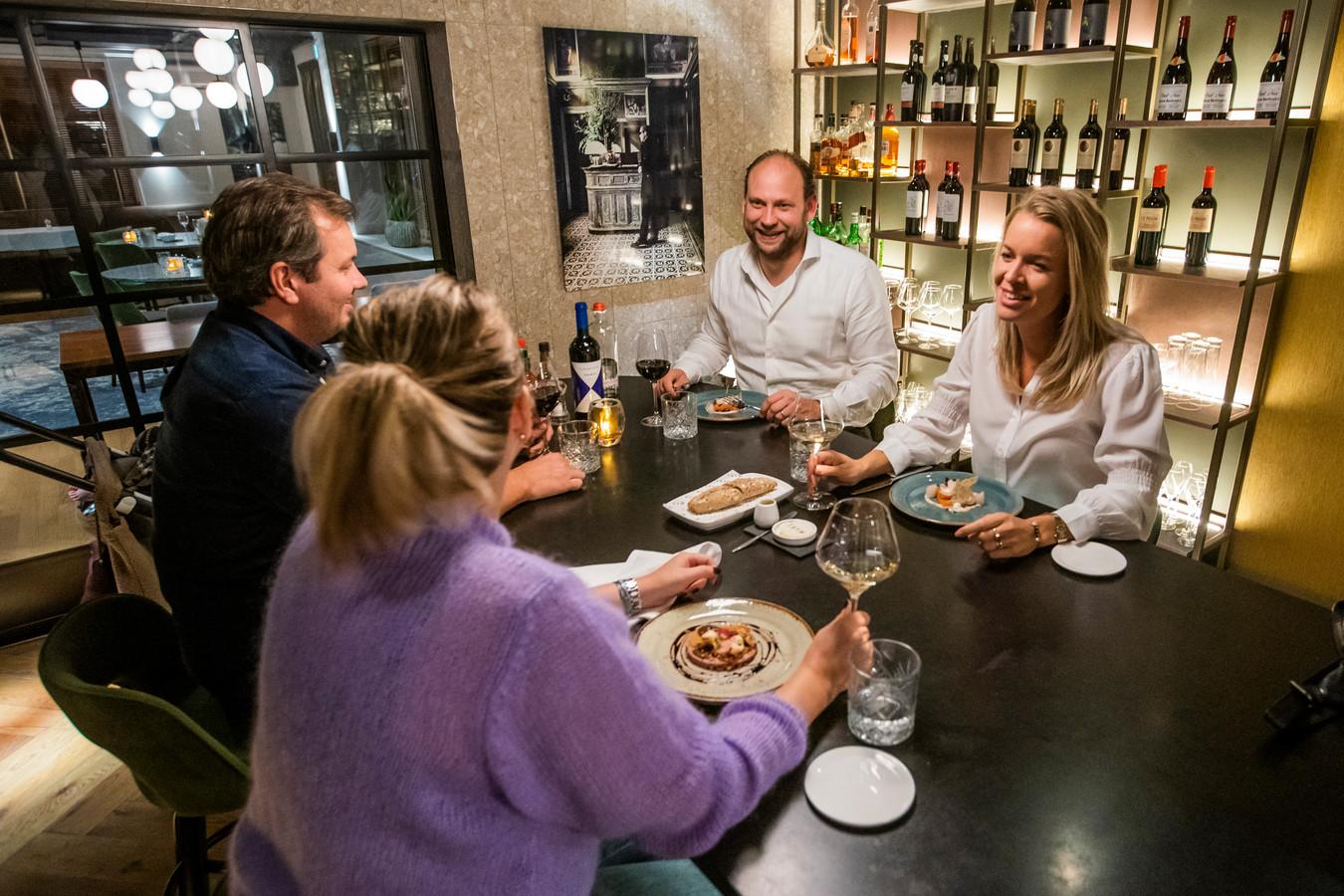 Nicky en Derk van Westenbrugge nemen het er nog maar een keertje van: een diner in hun eigen, vol-gereserveerde restaurant Thym by Parkzicht. Donderdagavond maakte het restaurant de voorraden zoveel mogelijk op tijdens de 'corona-kliekjesavond'.