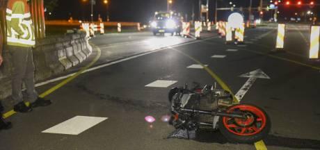 Motorrijder klapt op betonnen wegafzetting in De Bilt