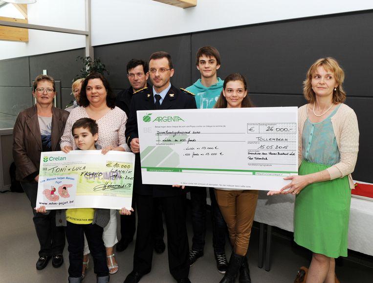 Foto links: De familie van Luca kreeg twee cheques.