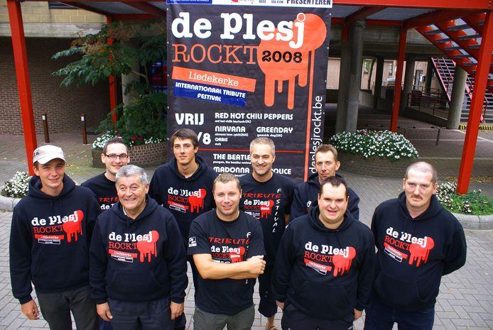 De organisatoren van De Plesj Rockt in 2008 met op de voorste rij Jacky Delcour (tweede van links).