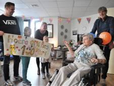 Tootje (100) uit Renkum volgt het coronanieuws op de voet en is nog altijd lid van de PvdA