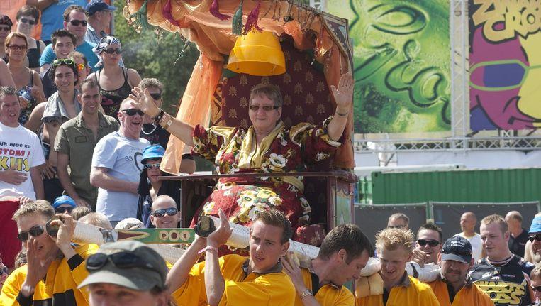 Tante Rikie, ook wel koningin Zwarte Cross, op haar draagstoel. Beeld Hollandse Hoogte