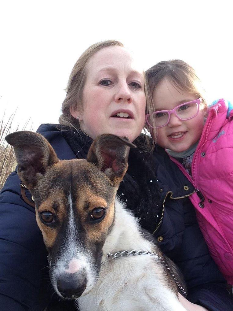 Mama Natasja, dochter Lisa en hondje Kira voor de aanval en de daaropvolgende operatie.