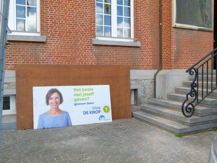 Dit bewuste verkiezingsbord stond even aan de gevel van het gemeentehuis.