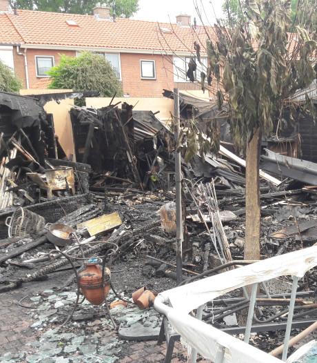 Brand legt drie tuinhuizen en schuttingen volledig in de as: 'Ik was zo in paniek'