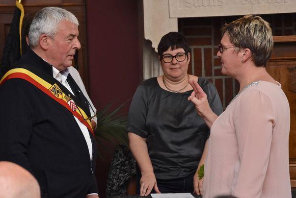 De nieuwe medewerkers leggen de eed af ten aanzien van burgemeester Eddy Lust.