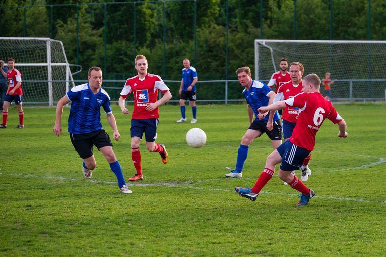 De Pink Devils (in het rood) vormen de enige Belgische holebivoetbalclub.