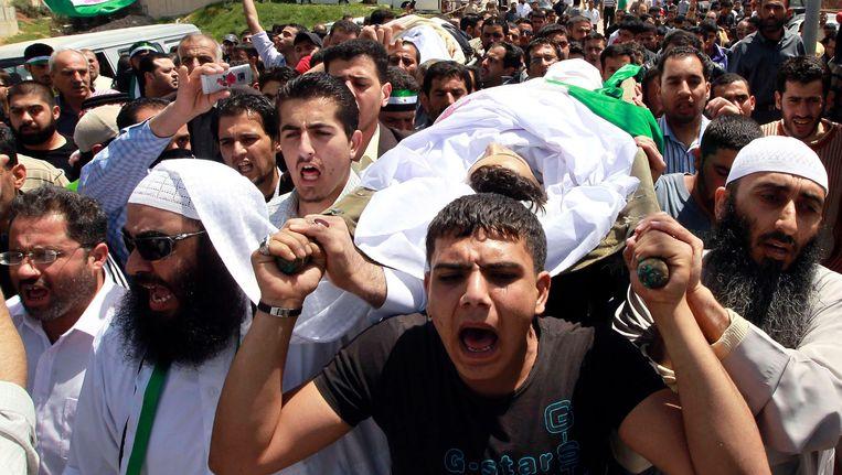 Syrische vluchtelingen protesteren in Jordanië tegen het regime van president Assad. Beeld REUTERS