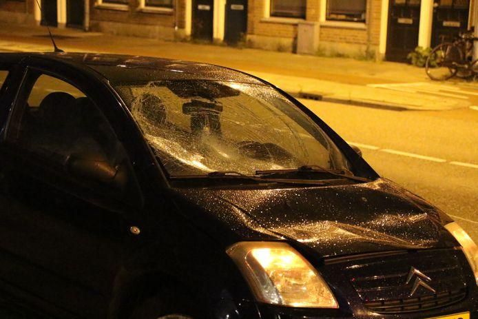 Op de kruising van de Brasserskade met de Vrijebanselaan hield de politie rond 00.35 uur een bestuurder in een beschadigde personenauto staande.
