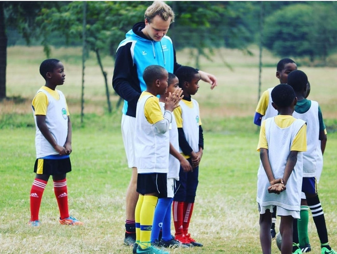 Daan Zwierink die training geeft in Tanzania