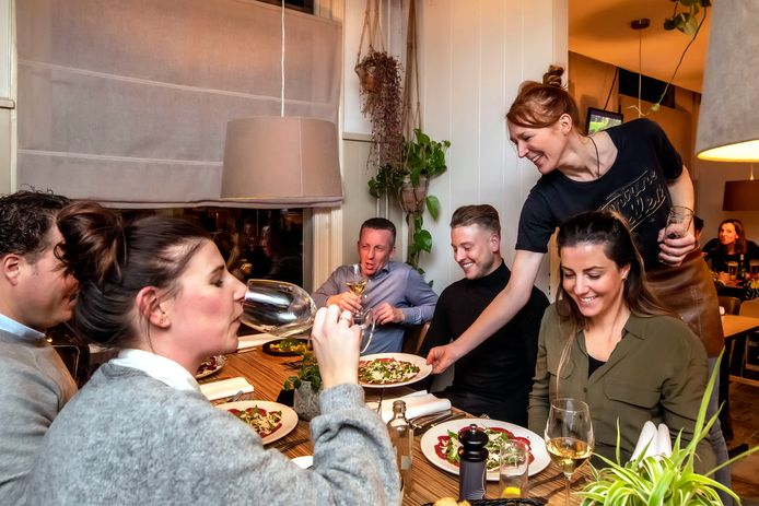 Eigenaresse Christel van Kuik serveert carpaccio in restaurant 't Spoor in Sprang Capelle. Haar man, Chef Bartel Meter, staat in de keuken.