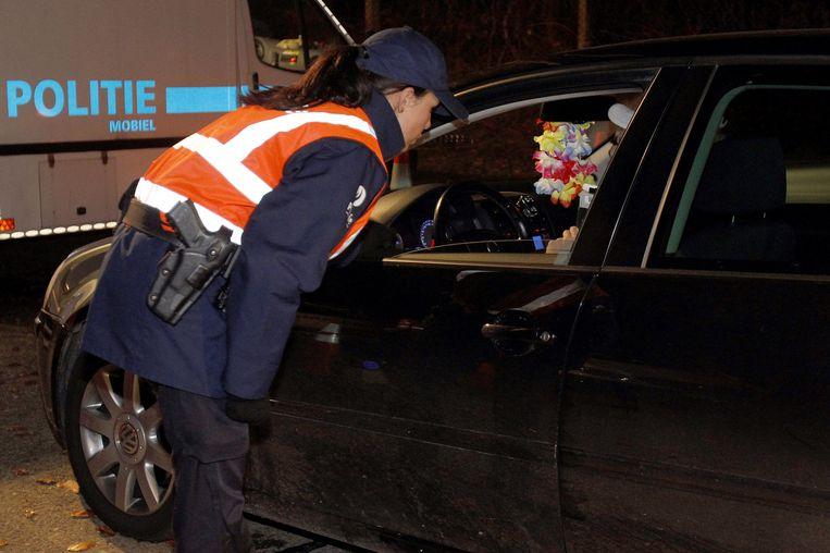 Een agente in gesprek met een automobilist tijdens een BOB-controle.