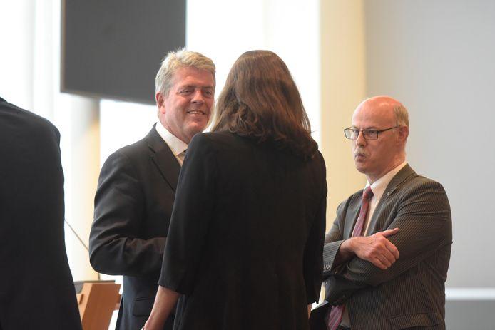De gemeenteraadsvergadering in Best, voordat deze besloten verderging. Links burgemeester Anton van Aert en rechts staat Paul Gondrie.