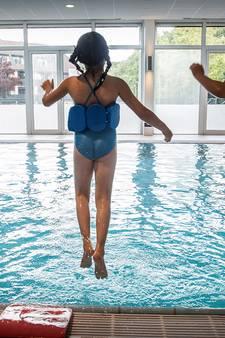 Zwemles van levensbelang voor kinderen van vluchtelingen: 'Als je niet oppast, plonzen ze zó het diepe in'
