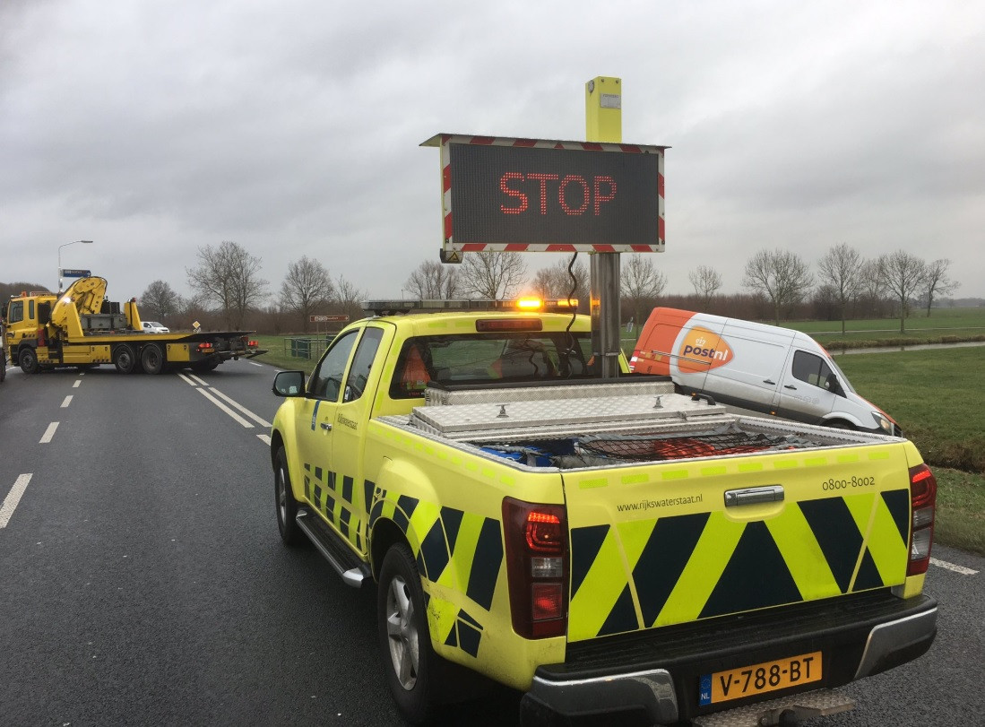Busje PostNL komt in de sloot terecht bij Vuren.