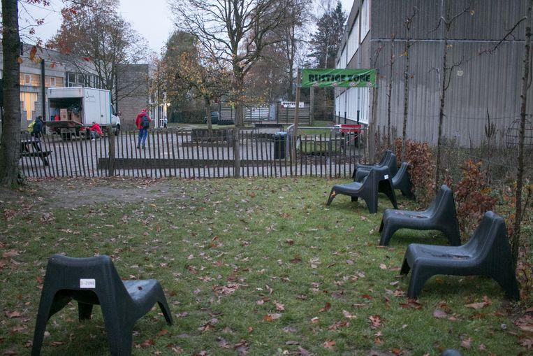De eerste ingrepen zijn al gebeurd, zoals deze 'rustige zone' op de speelplaats.