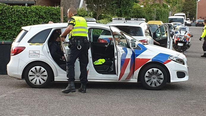 De politie houdt de broers aan.