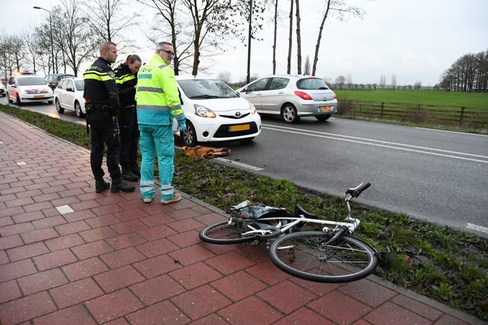 Een fietser is op de N198 in Woerden op de weg beland en door een auto geschept. Hoe dit kon gebeuren is niet bekend.