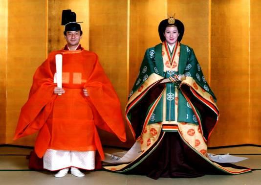 De (toen nog) kroonprins Naruhito en zijn vrouw Masako Owada in traditionele bruiloftskleding tijdens hun huwelijk in 1993.