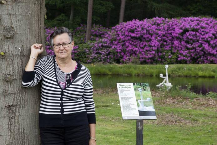Tonja van Hoek bij haar favoriete gedicht op het PoëziePad op De Grote Beek: het gedicht Ogen op steeltjes bij het gelijknamige kunstwerk van Jac van Someren bij de entree aan de Boschdijk. Foto Jurriaan Balke/fotomeulenhof