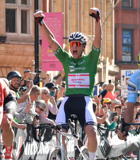 Van der Poel bekroont superweek met derde etappezege en eindwinst