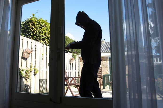 Inbrekers slaan minder vaak toe nu bewoners vaker thuis zijn.