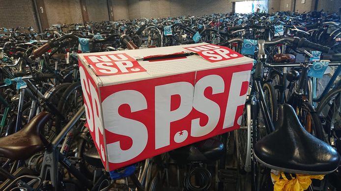 De stembus staat al bij de fietsenstalling.