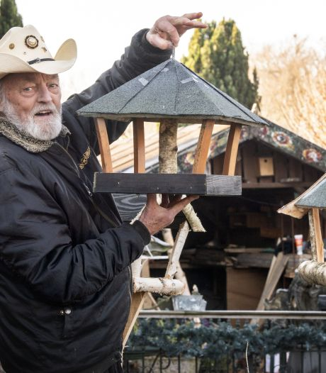Countryzanger Ben Steneker maakt nu vogelhuisjes op verzoek: 'Tóch wat leven in de brouwerij'