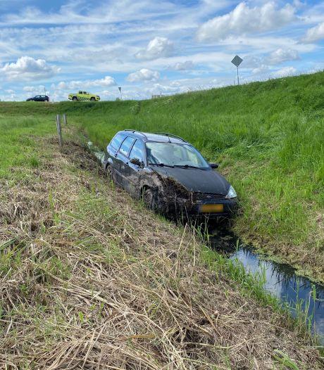 Auto eindigt in de sloot bij Biddinghuizen: bestuurder gewond