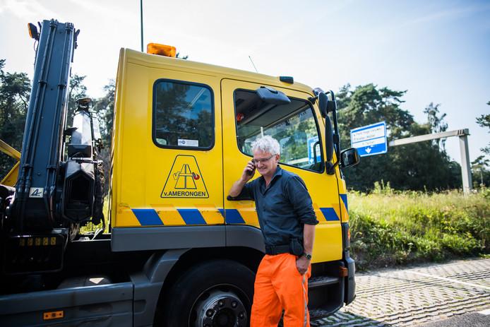 Chauffeur Henri Welboren staat met zijn bergingswagen aan de Europaweg in Arnhem zodat hij snel bij een incident kan zijn.