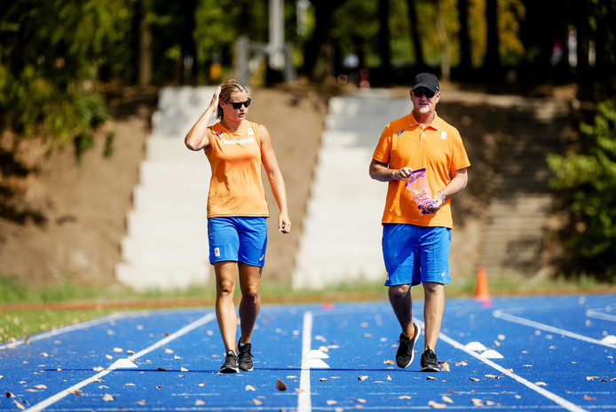 Dafne Schippers (l) met haar trainer Rana Reider op Papendal.