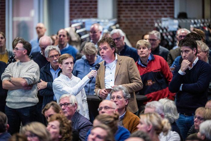 Gosse Visser aan het woord tijdens de informatie-avond in Groenlo in december 2019.