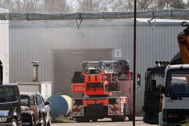 De brandweer aan de loods in Berkebossen
