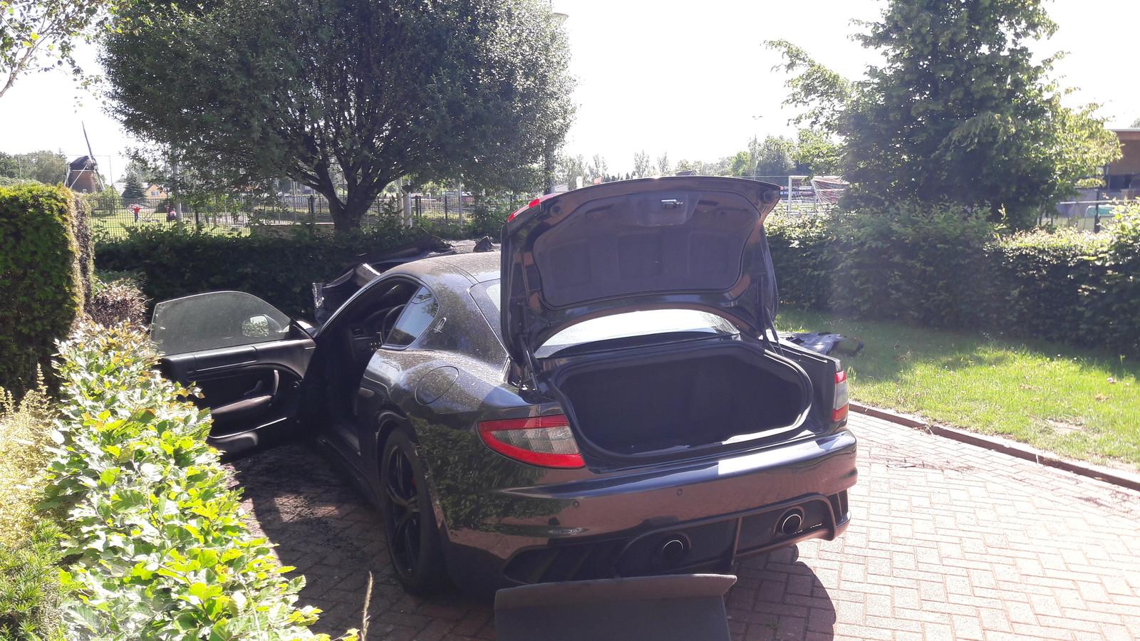 De deels uitgebrande Maserati aan het Hof van Rome in Doetinchem.