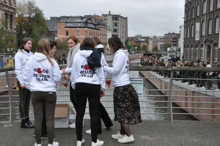 Leerlingen van het Sint-Bavo zamelen geld in voor Rode Neuzen Dag met een balletjesrace aan de Reep.