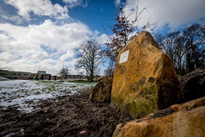 De nieuwe plek van de gedenksteen. Net een begraafplaats, vindt weduwe Angelique Holshuijsen.