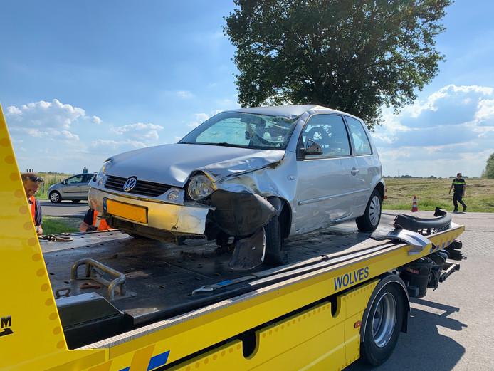 Een auto op de IJsseldijk bij Olst moest vanmiddag worden afgevoerd
