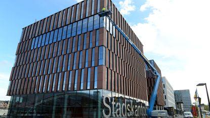 """Stadskantoor 12 jaar na opening stilaan te klein: """"We onderhandelen met De Lijn over extra ruimte in hun gebouw"""", zegt schepen Van Oppens (Groen)"""