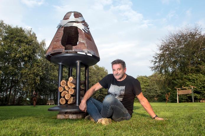 Gerrit van Emous bij het prototype van zijn monument voor Ladelund. Het is bijna klaar.