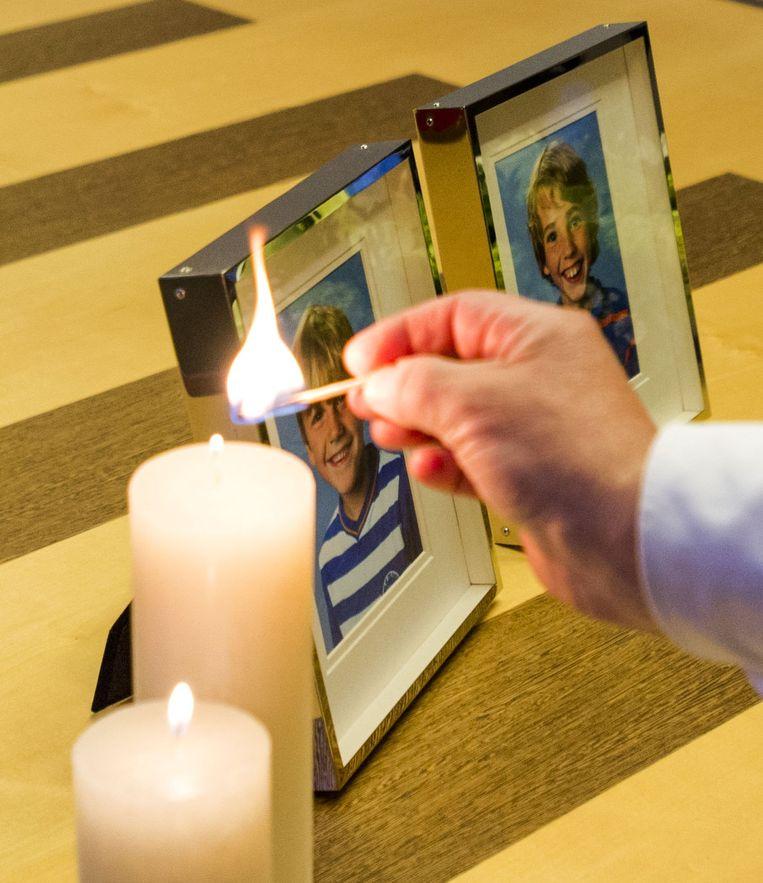 De foto's van Ruben en Julian bij het condoleanceregister voor de overleden broers in het gemeentehuis van Zeist. Beeld anp