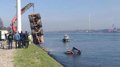 Tractor met oplegger belandt in kanaal, bestuurder kan zichzelf redden