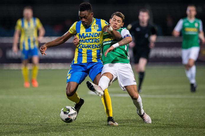 FC Dordrecht-speler Gustavo Hamer (r) in duel met RKC-speler Gigli Ndefe.