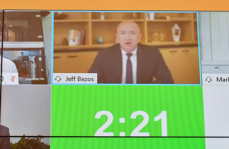 Amazonbaas Jeff Bezos, de rijkste man ter wereld, vindt dat zijn bedrijf niet zo groot en machtig is als iedereen denkt. Beeld Reuters