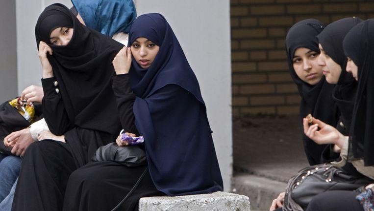 Ouders van 97 leerlingen van het te sluiten Islamitisch College Amsterdam (ICA) willen hun kinderen thuisonderwijs gaan geven. Onderwijsminister Van Bijsterveldt is hiertegen. Arcieffoto van ICA-leerlingen. ANP Beeld