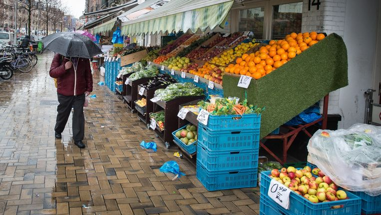 De Javastraat telt liefst elf groentezaken. Zes instanties deden de afgelopen weken twee grote controles. Beeld Mats van Soolingen