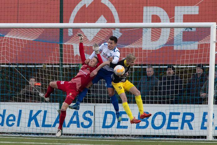 Doelman Tom Holleboom (op de foto namens Staphorst in de verdrukking tegen Urk) speelt komend seizoen weer voor d'Olde Veste.