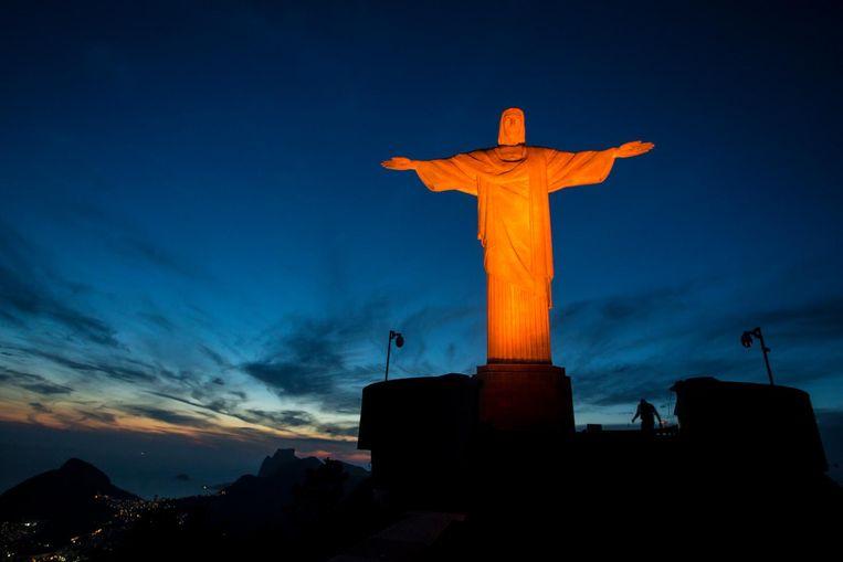 Het beeld van Christus in Rio de Janeiro kleurt oranje ter ere van de internationale dag van de strijd tegen het geweld tegen vrouwen. Beeld ap